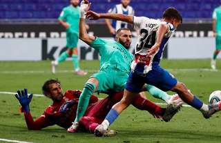 Amazingly, a penalty wasn't awarded to Real Madrid for this foul on Karim Benzema...