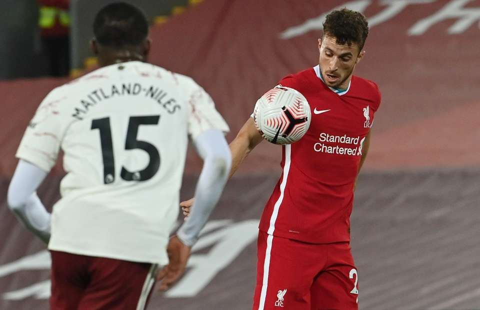 liverpool s diogo jota accused of handball before scoring on anfield debut vs arsenal givemesport anfield debut vs arsenal