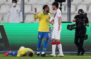 Neymar and Carlos Zambrano argue in Brazil vs Peru