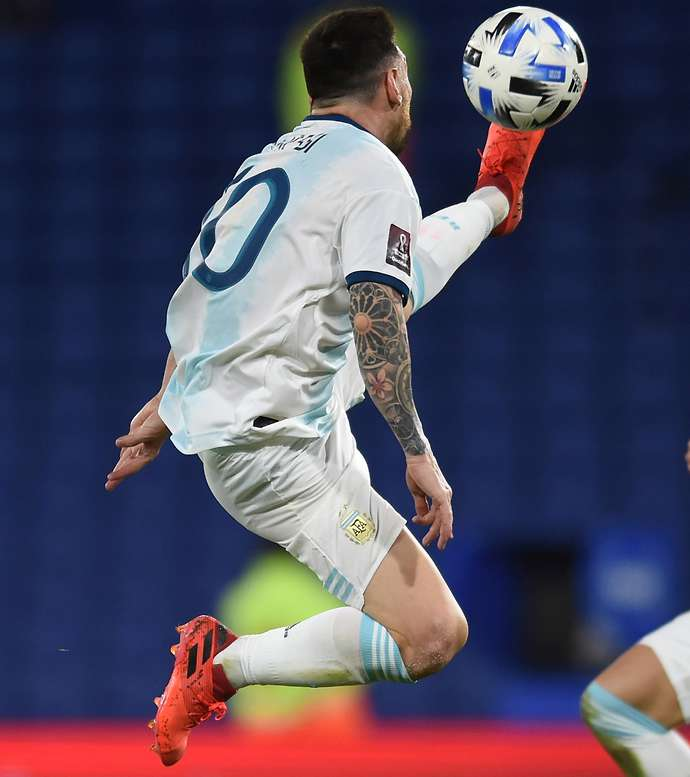 Toque de Karatê' de Lionel Messi para Argentina x Paraguai